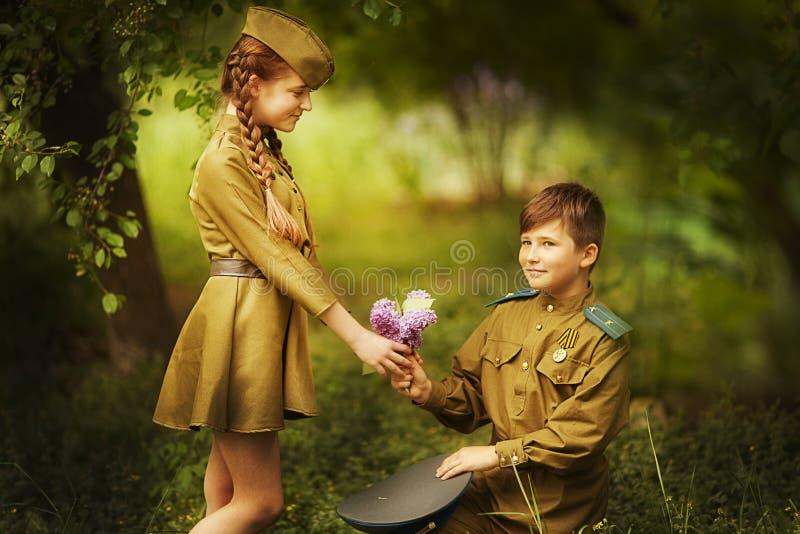 有一个女孩的男孩军服的 天胜利 免版税库存照片