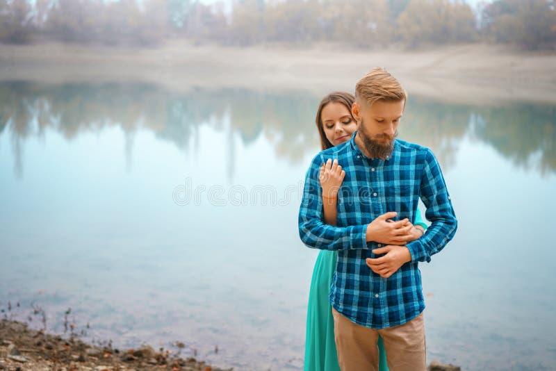 有一个女孩身分的一个人在容忍的湖 浪漫联系 图库摄影
