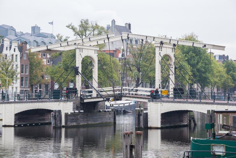 有一个孤独的步行者的皮包骨头的桥梁 库存照片