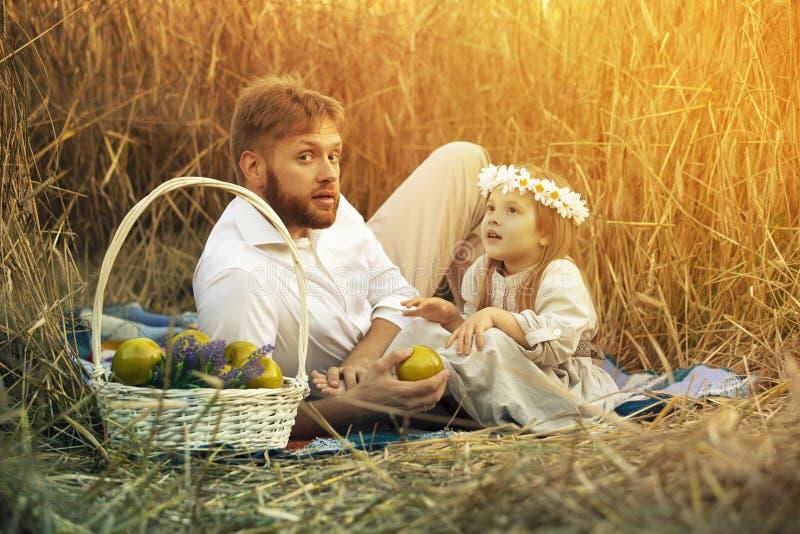 有一个小女儿的爸爸 免版税库存照片