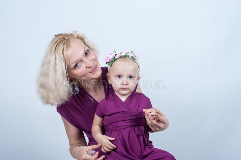 Download 有一个小女儿的白肤金发的妇女匹配的穿戴 库存照片. 图片 包括有 查出, 母亲, 查找, 子孙, 放血, 节假日 - 72373848