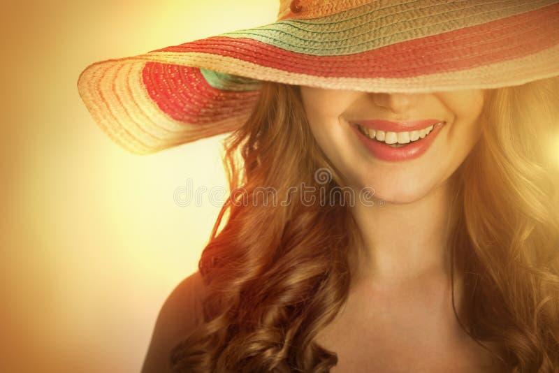 有一个帽子的妇女在热的夏天 库存照片