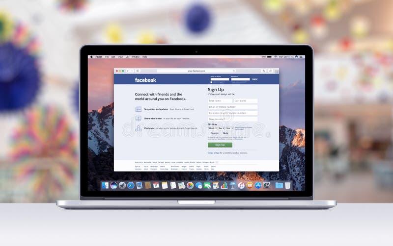 有一个开放选项的苹果计算机MacBook赞成视网膜在显示Facebook网页的徒步旅行队 库存照片