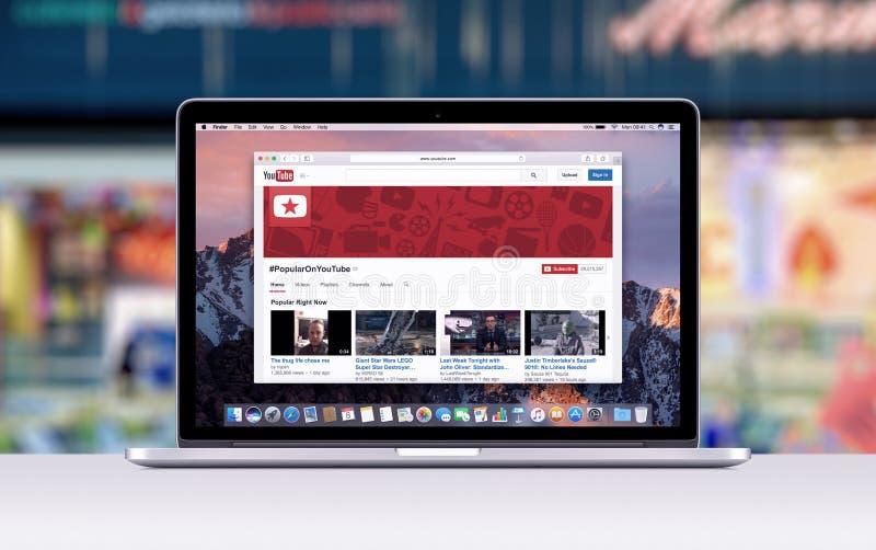 有一个开放选项的苹果计算机MacBook赞成视网膜在显示Youtube网页的徒步旅行队 库存照片