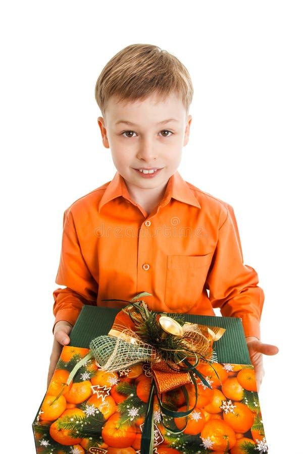 有一个当前箱子微笑的愉快的年轻男孩被隔绝 免版税库存图片