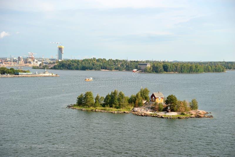 有一个房子的一个小海岛在赫尔辛基附近 免版税库存照片