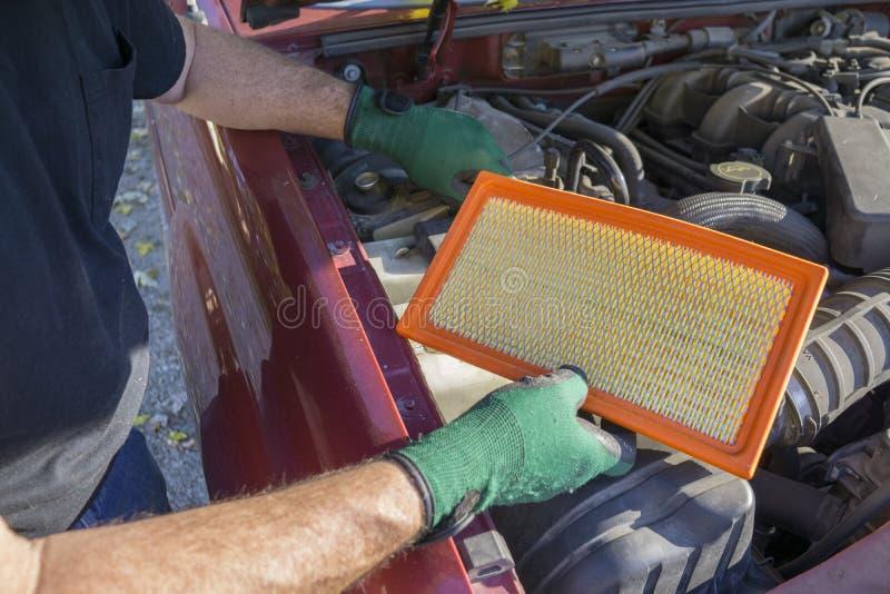 有一个新的空气过滤器的技工 免版税库存照片