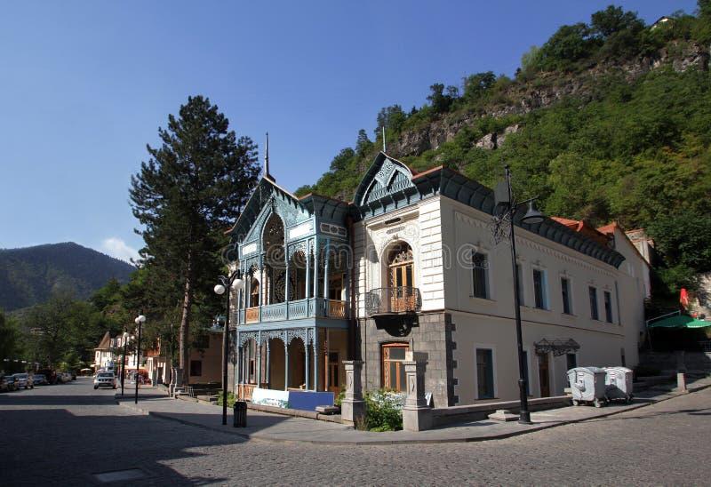 有一个木被雕刻的阳台的房子传统格鲁吉亚样式的 图库摄影