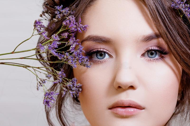 有一个柔和的春天图象的可爱的蓝眼睛的浅黑肤色的男人 图库摄影