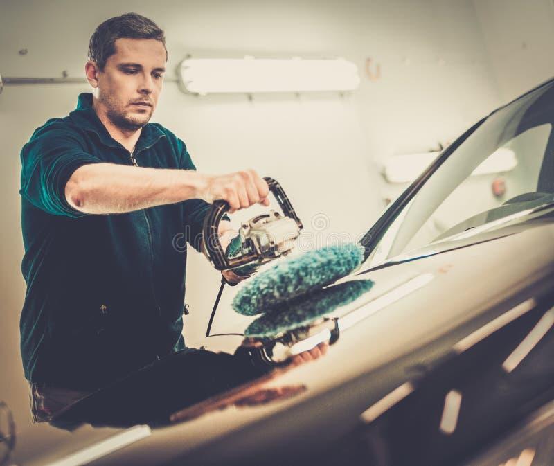 有一个波兰机器的人擦亮的汽车 免版税库存照片