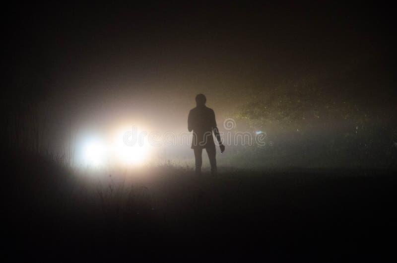 有一个灯笼的人在晚上 库存图片