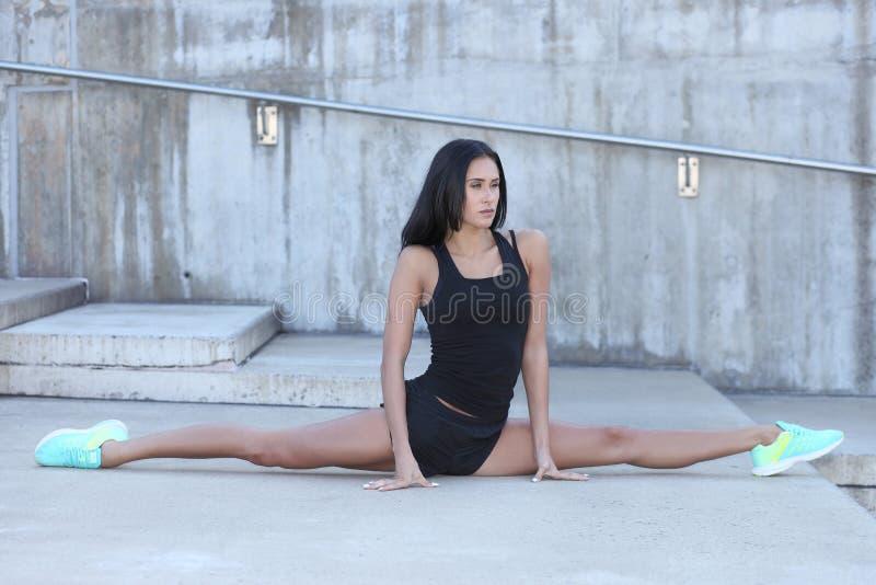 有一个灵活的性身体的运动女孩 免版税库存图片