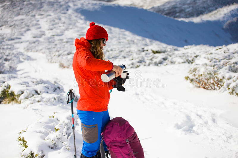 有一个热水瓶的远足者在他的手上 免版税图库摄影