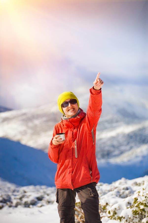 有一个热水瓶的远足者在他的手上 库存照片