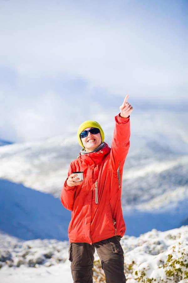 有一个热水瓶的远足者在他的手上 免版税库存照片