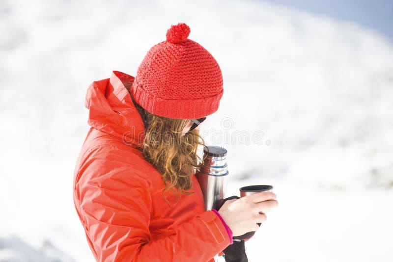 有一个热水瓶的远足者在他的手上 库存图片