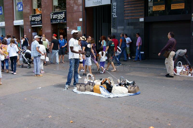 有一个特殊盘的非法非洲移民,巴塞罗那 库存图片