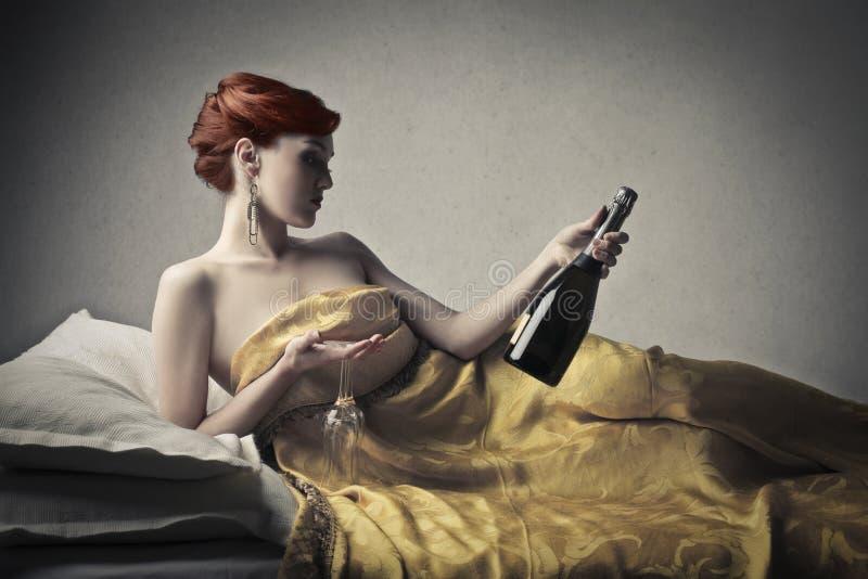 有一个瓶的妇女汽酒 免版税库存图片