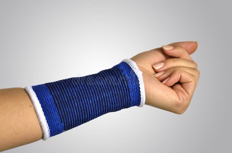 有一个矫形腕子括号的手 免版税库存图片