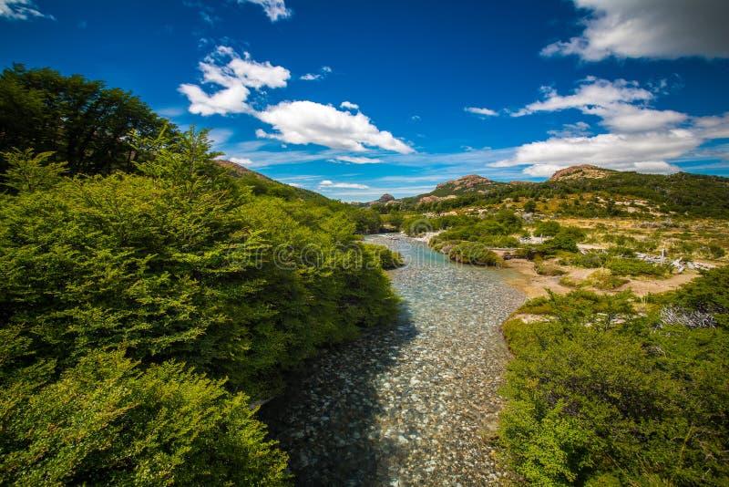 有一个石底部的透明河在谷 Shevelev 库存照片