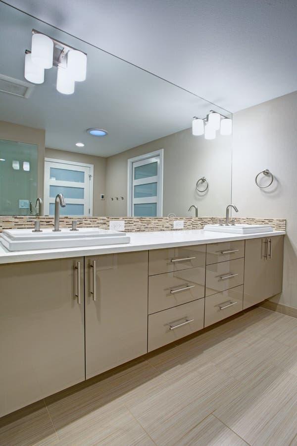 有一个米黄双重盥洗盆的现代刷新的卫生间 库存图片