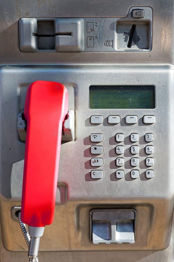 有一个红色手机的公用电话 免版税库存图片