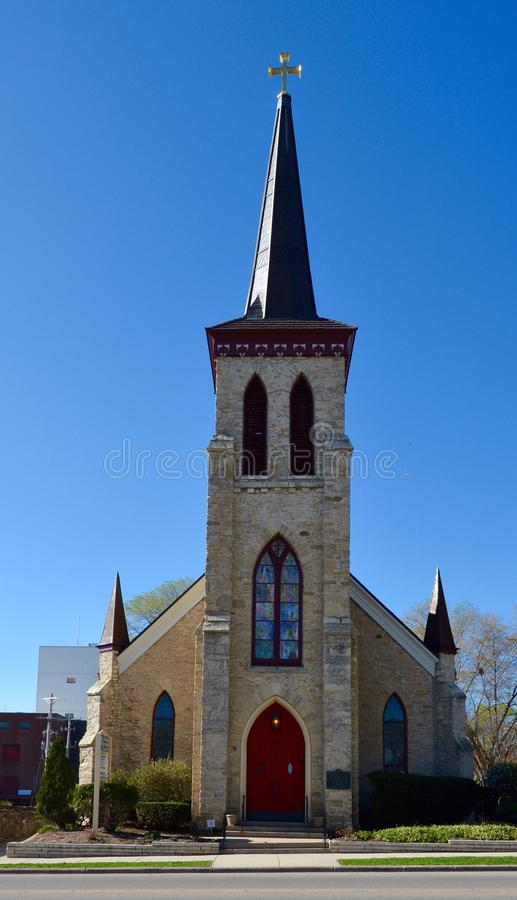 有一个红色门的教会 免版税库存图片