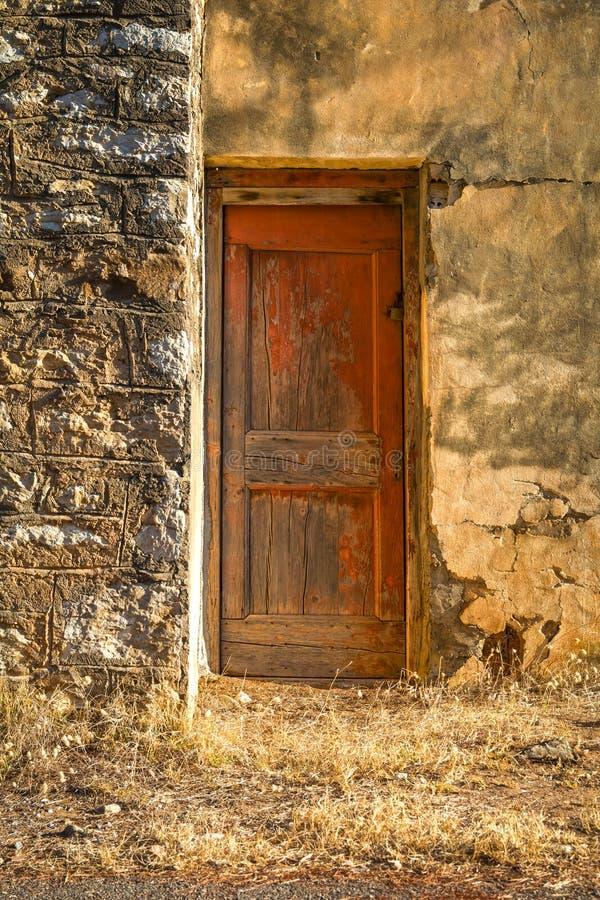 有一个红色门的老,被放弃的房子 库存图片