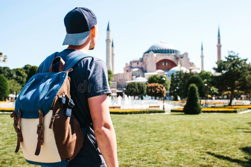 有一个背包的一个旅行的人在著名Aya索非亚清真寺附近的Sultanahmet广场在伊斯坦布尔在土耳其 旅行 库存图片