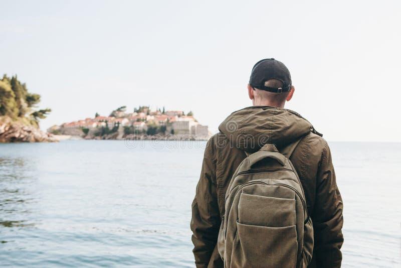 有一个背包的游人在海附近 免版税库存照片
