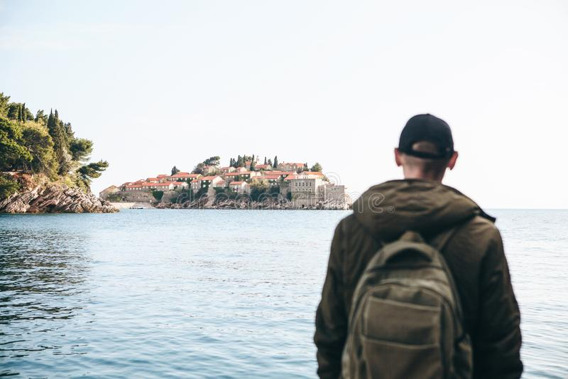 有一个背包的游人在海附近 库存图片