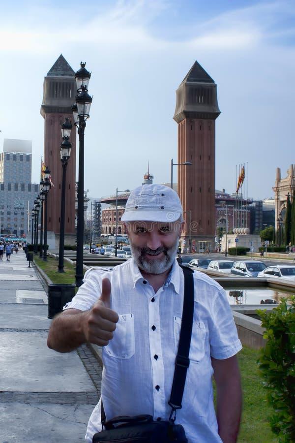 有一个胡子的一个人在一个棒球帽在巴塞罗那 免版税库存图片