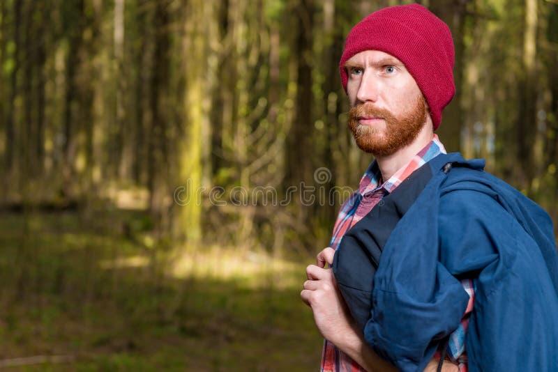 有一个胡子的人在帽子摆在 免版税库存照片