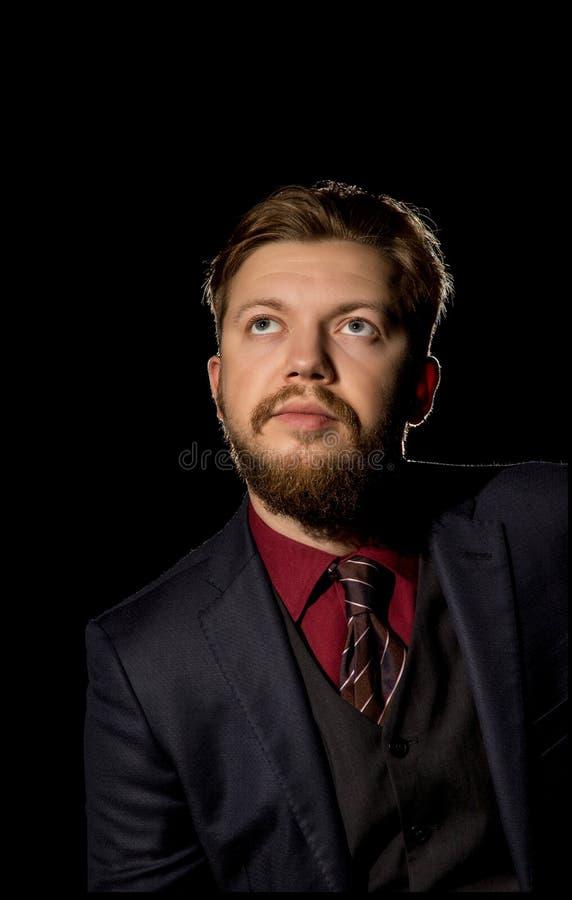 有一个胡子的人在黑背景 免版税库存照片