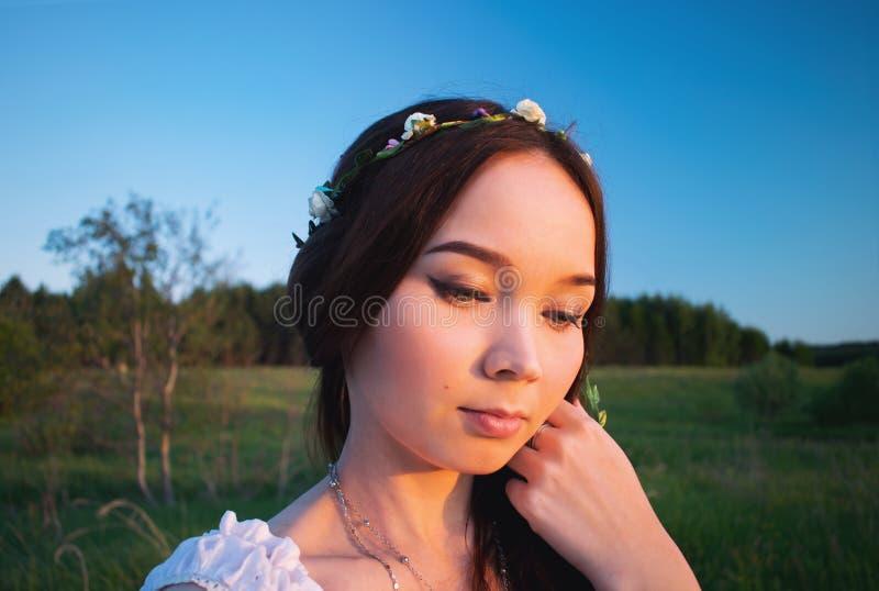 有一个花圈的美丽的莫里女孩在他的头 图库摄影