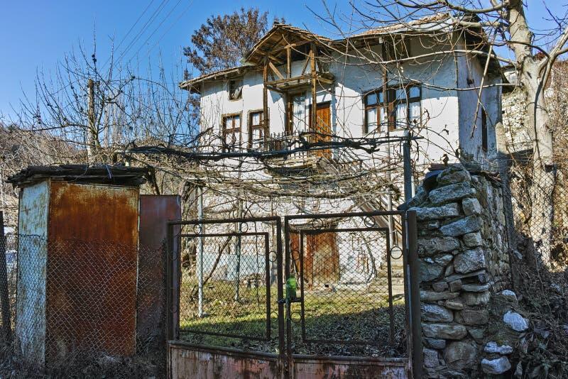 有一个葡萄园的一个典型的房子在围场在Rozhen,保加利亚村庄  免版税图库摄影