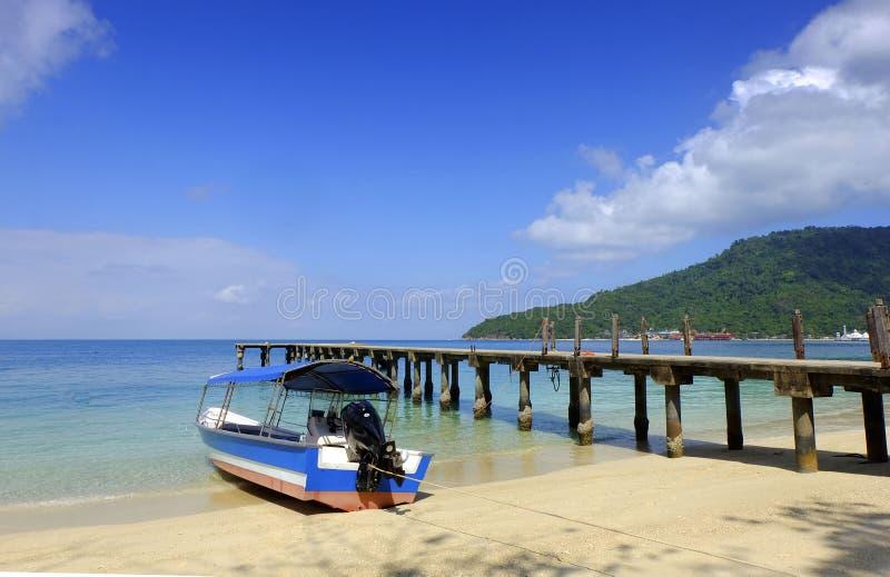 有一个蓝天风景的一条小船在perhentian海岛 免版税图库摄影