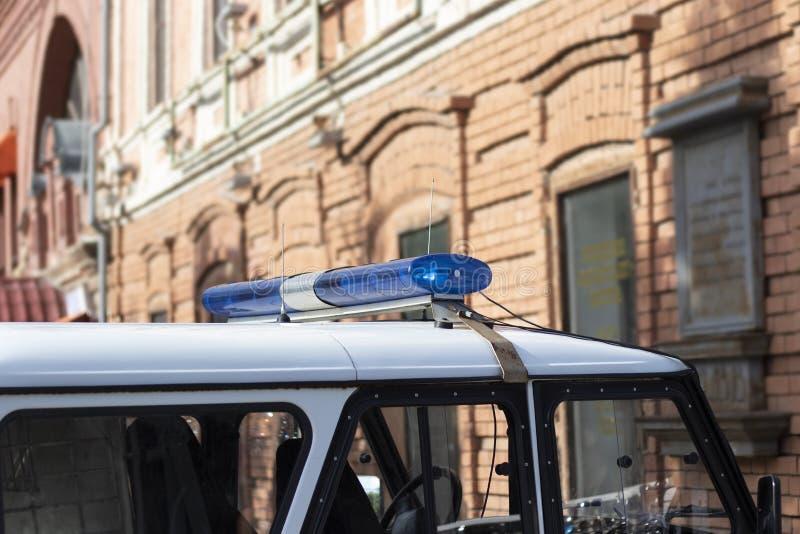 有一个蓝色警报器的一辆警车下午 有敷金属纸条的巡逻车 免版税库存图片