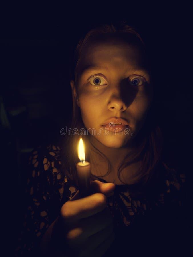 有一个蜡烛的青少年的女孩 免版税库存图片