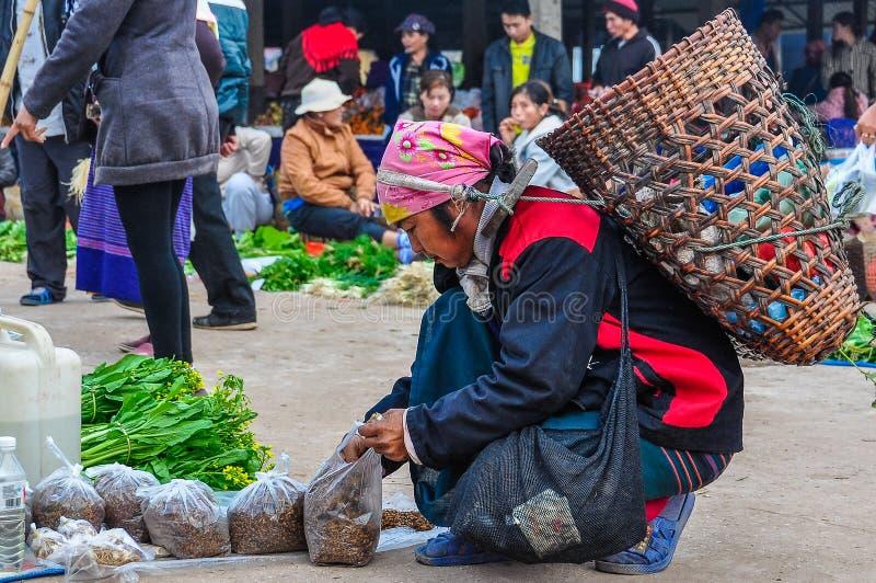 有一个袋子的妇女在市场上, Muang唱歌,老挝 免版税图库摄影