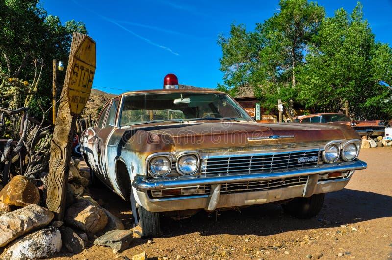 有一个警报器的葡萄酒汽车在历史的路线66 库存图片