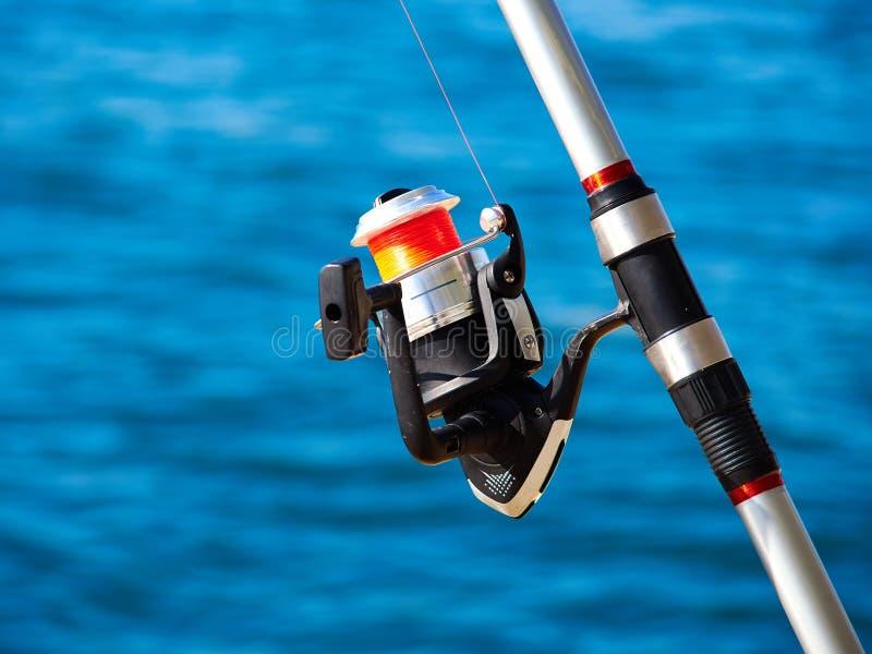 有一个转动的卷轴的钓鱼竿 免版税图库摄影