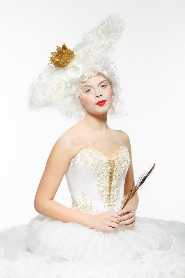 有一个金黄冠的公主在一件白色礼服 免版税图库摄影