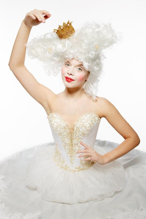 有一个金黄冠的公主在一件白色礼服 免版税库存图片