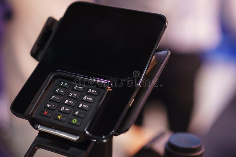 有一个键盘和一个屏幕的现代黑数字电话在机架在办公室 图库摄影