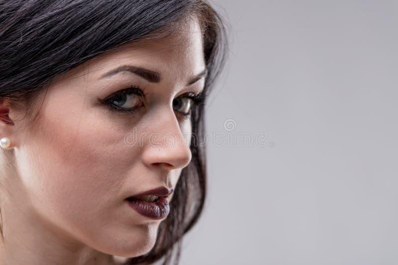 有一个闷热表示的肉欲的少妇 免版税库存照片