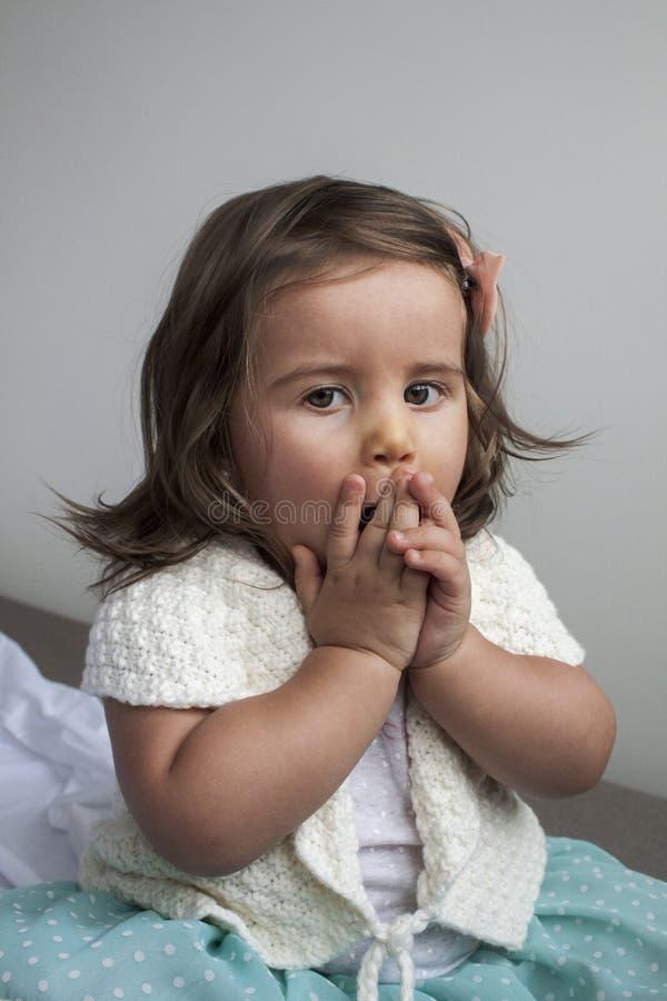 有一个震惊表示的女婴 免版税库存图片