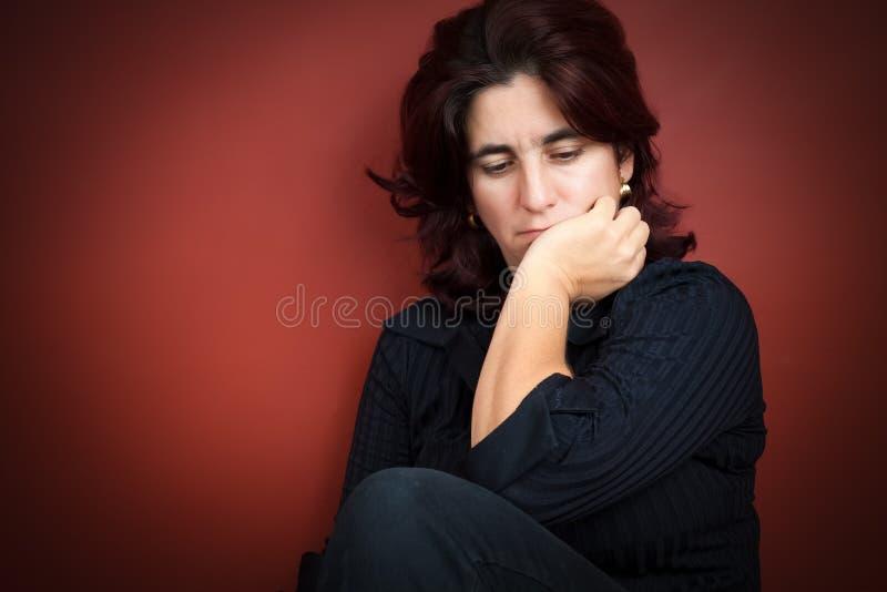有一个非常哀伤的表达式的美丽的西班牙妇女 免版税图库摄影