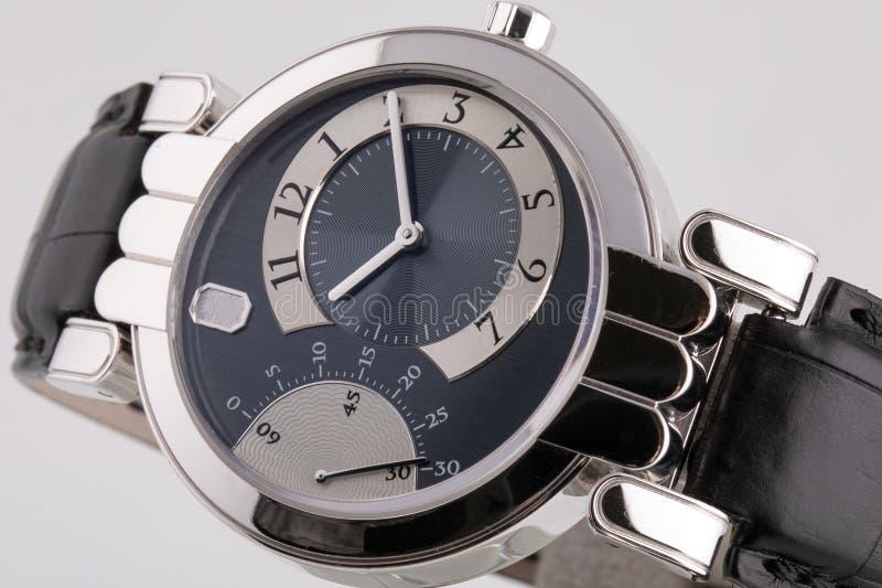 有一个黑拨号盘的女性银色手表,银色顺时针,有黑皮带的秒表 免版税库存图片