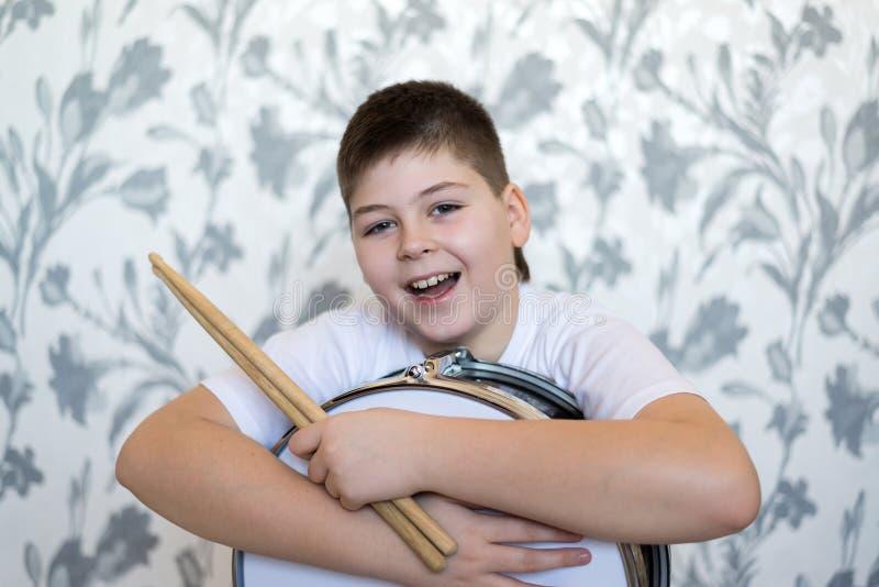 有一个鼓的少年男孩在屋子里 免版税库存照片